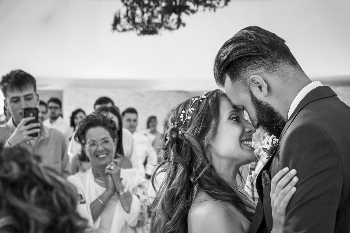Una chica rubia mirando un catálogo para elegir fotógrafo de bodas.