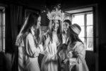 Novia vistiendo su traje y siendo fotografiada por fotógrafos de bodas de Valladolid.