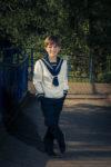 Imagen de un modelo en un parque de Valladolid. Traje blanco y manos en los bolsillos.