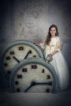 Niña vestida de blanco en el estudio fotográfico haciendo sus fotos de Primera Comunión.