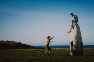 Un fotógrafo para bodas en un grupo de novios que buscan profesional joven.