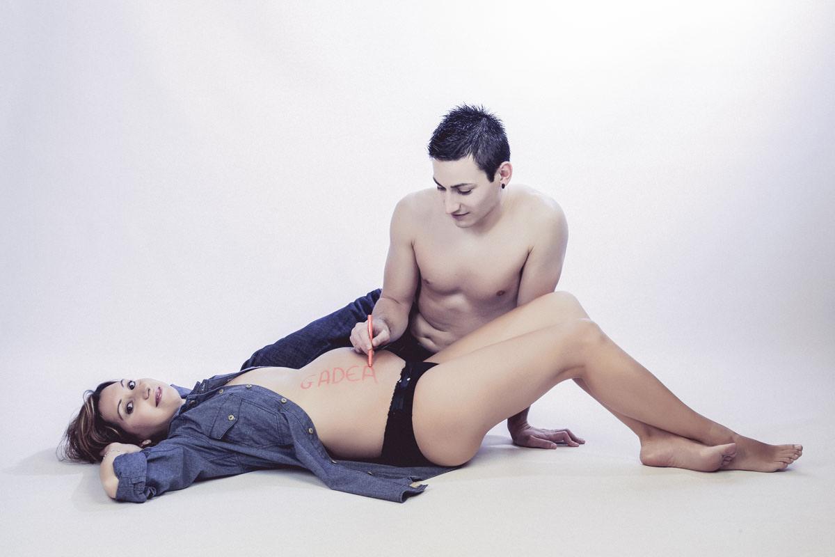 Mujer embarazada en una sesión de fotos con su pareja.